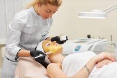 Cosmetologist die schoonheidsprocedure voor patiënt doen royalty-vrije stock foto
