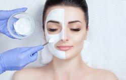 Cosmetologist dla procedury czyścić skórę i nawilżać, stosuje maskę z kijem twarz Zdjęcie Stock