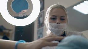 Cosmetologist gibt Rat über dauerhaftes Make-up im Salon stock video footage