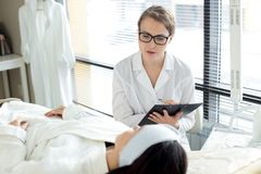 Cosmetologist Instructing Client foto de archivo
