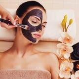 Cosmetologist maże kosmetyk maskę na twarzy kobieta Obraz Stock