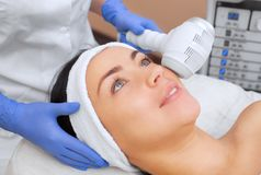 The cosmetologist makes the procedure Cryotherapy of the facial skin Royalty Free Stock Photos