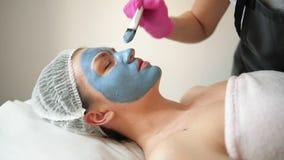 Cosmetologist Makes Procedure Of que limpa e que hidrata da pele Aplicando a máscara com escova especial para enfrentar da mulher video estoque