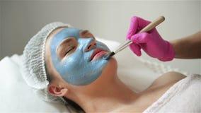 Cosmetologist Makes Procedure Of que limpa e que hidrata da pele Aplicando a m?scara com escova especial para enfrentar da mulher vídeos de arquivo