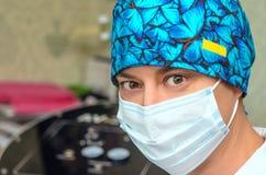 Cosmetologist masculin avec le masque médical sur le visage Image libre de droits