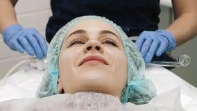 Cosmetologist mestre Makes The Procedure da massagem a seu cliente video estoque