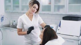 Cosmetologist mit Spritze macht der jungen Frau, Zeitlupe Stirnsch?nheitseinspritzungen stock video footage