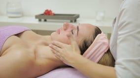 Cosmetologist naciera skórę twarz żeński pacjent intensywna procedura zbiory
