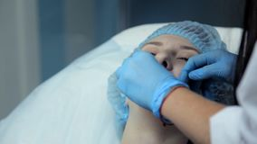 Cosmetologist oliwi rozwiązanie dziewczyny ` s wargi przed procedurą wzrastać wargi Botox zbiory