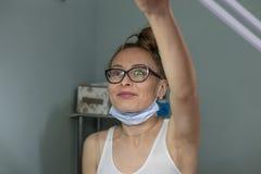 Cosmetologist på hennes hem- brunnsortsalong royaltyfri foto