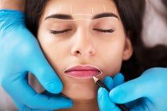 Cosmetologist permanent van toepassing zijn maakt omhoog royalty-vrije stock afbeelding