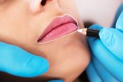 Cosmetologist permanent van toepassing zijn maakt omhoog stock afbeelding