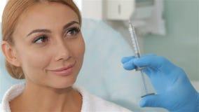 Cosmetologist pokazuje zastrzyka klient zdjęcie wideo