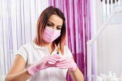 Cosmetologist przygotowywa strzykawkę dla Botox w piękno salonie obrazy stock