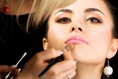 Cosmetologist que hace maquillaje Fotos de archivo