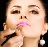 Cosmetologist que hace maquillaje Imágenes de archivo libres de regalías