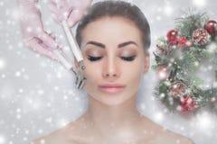 Cosmetologist robi Microcurrent terapii procedurze piękna kobieta w piękno salonie zdjęcia royalty free