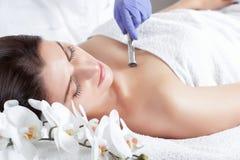Cosmetologist robi Microdermabrasion procedurze twarzowa skóra piękny, młoda kobieta w piękno salonie obrazy royalty free
