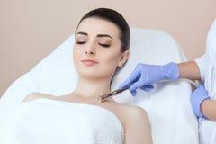 Cosmetologist robi procedurze Microdermabrasion décolletage skóra Zdjęcia Royalty Free
