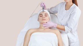 Cosmetologist robi procedurze Microdermabrasion twarzowa skóra piękny, młoda kobieta obraz royalty free