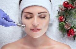 Cosmetologist robi procedurze Microdermabrasion twarzowa skóra piękny, młoda kobieta fotografia royalty free
