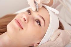 Cosmetologist robi procedurze Microdermabrasion twarzowa skóra piękny, młoda kobieta w piękno salonie zdjęcia royalty free