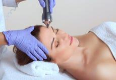 Cosmetologist robi procedurze ultrasonic cleaning twarzowa skóra piękny, młoda kobieta w piękno salonie fotografia royalty free