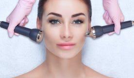 Cosmetologist robi ultrasonic czyści procedurze twarzowa skóra piękna kobieta w piękno salonie obrazy royalty free