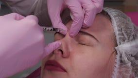 Cosmetologist setzt eine Einspritzung stock video footage