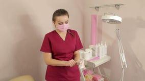Cosmetologist setzt sich auf Schutzhandschuhe vor dem Verfahren des Zuckerns stock footage