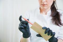 Cosmetologist setzte tatoo Stift in Sterilisierungshandwerkspaket lizenzfreie stockbilder