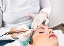 Cosmetologist stosuje stałego element uzupełniał na brwiach fotografia stock