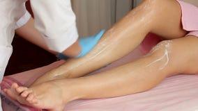 Cosmetologist trägt Creme auf schönen weiblichen Füßen auf Befeuchtungsund beruhigende Haut stock video