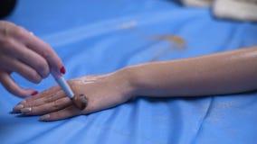 Cosmetologist trifft bodymask auf die Hand der Frau mit Bürste, Hautbadekurortverfahren, Körperpflege und Kosmetik, Haut zu stock video footage