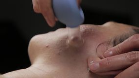 Cosmetologist tut Antialternmassage mit Vakuumbanken Vakuumgesichtsmassage für Hautregeneration stock footage
