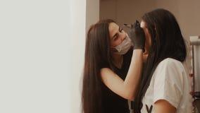Cosmetologist wyciąga brwi zwolnione tempo zdjęcie wideo