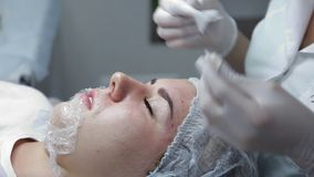 Cosmetologist wykonuje procedurę dla odmłodnieć skórę klient Biorevitalization sesja zdjęcie wideo