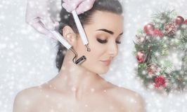 Cosmetologisten gör det Microcurrent terapitillvägagångssättet av en härlig kvinna i en skönhetsalong arkivfoton