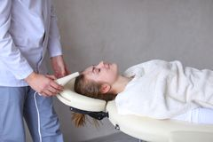 Cosmetologistgrabben gör special framsidamassage till flickan med cosmet arkivbilder