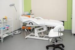 Cosmetologistkabinett mit Massagetabelle im modernen Schönheitssaal Medizinischer Kabinettinnenraum stockfoto