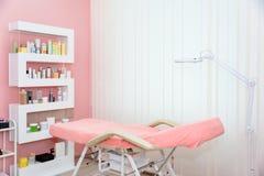 Cosmetologistkabinett mit Massagetabelle im modernen Sch?nheitssaal Medizinischer Kabinettinnenraum stockfoto