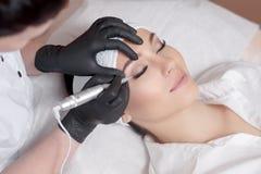 cosmetologistmakeup som gör permanent royaltyfri bild