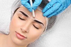 Cosmetologo che prepara giovane donna immagine stock libera da diritti
