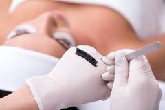Cosmetologo professionale che fa procedura di estensione della sferza Fotografie Stock
