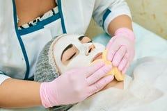 Cosmetology δωμάτιο, επεξεργασία και να καθαρίσει δερμάτων με το υλικό, επεξεργασία ακμής στοκ φωτογραφίες με δικαίωμα ελεύθερης χρήσης