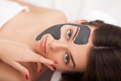 Cosmetology υλικού Εικόνα κινηματογραφήσεων σε πρώτο πλάνο της καλής νέας γυναίκας με στοκ φωτογραφία με δικαίωμα ελεύθερης χρήσης