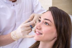 Cosmetology υλικού, mesotherapy, κλείνει επάνω του νέου getti γυναικών στοκ εικόνες