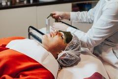 cosmetology Лицевой щиток гермошлема водорослей Женщина на обруче морской водоросли стоковая фотография