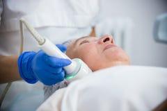 cosmetology Против старения процедура Работа с особенной аппаратурой конец вверх стоковое изображение