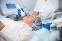 cosmetology Против старения процедура Работа с особенной аппаратурой Приглаживать стороны стоковые фото
